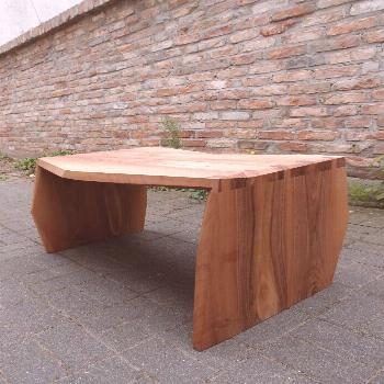 The finished table in french Walnut. I think it turned out very nice. It has exactly the chrystalli